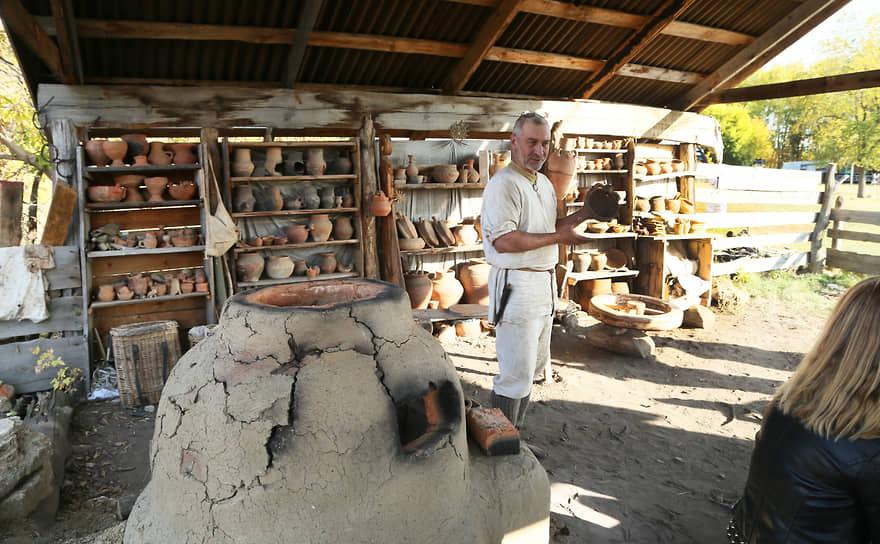 Здесь можно узнать как в старину создавалась посуда и утварь.