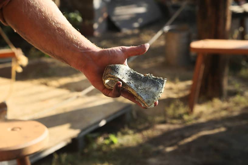На территории центра работают три ремесленные площадки. На них по старинным методикам обрабатывают камень и кость, занимаются гончарным делом и отливают разные изделия из бронзы.