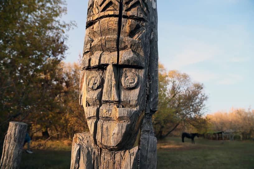 Языческие идолы  – одна из многих примет древности, которые можно повстречать в этом месте.