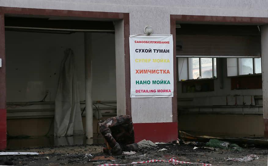 В сгоревшем здании не только жили мигранты, но и располагалась автомойка. Сообщается, что бизнес был нелегальным