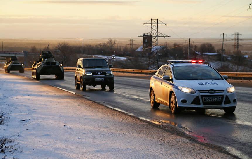 Военная автомобильная инспекция сопровождает колонну.