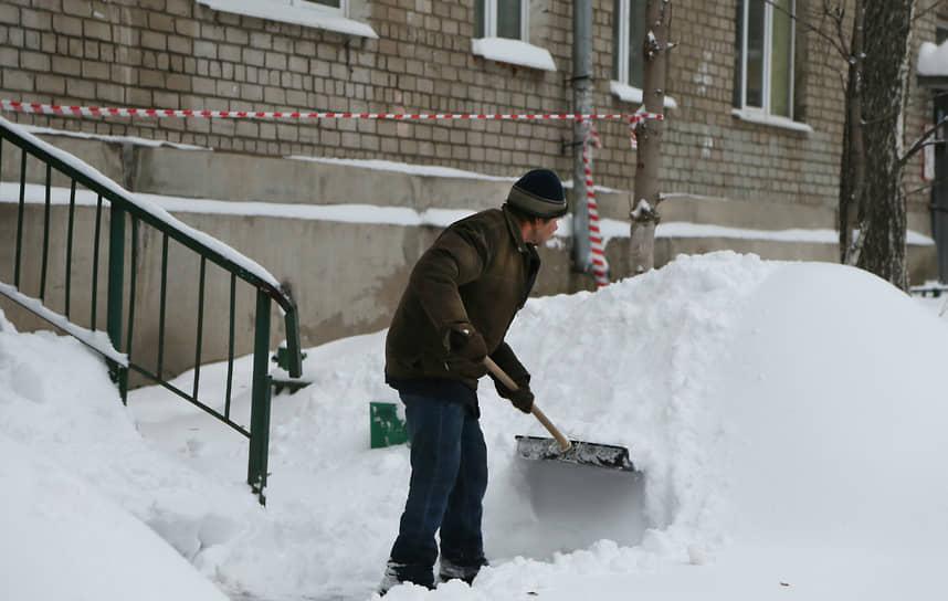 Очистка двора от снега.