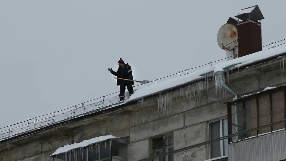 Крыши также очищают от снега.