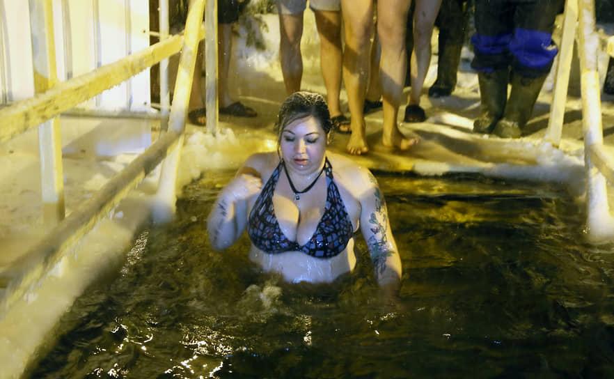 Участница купания.