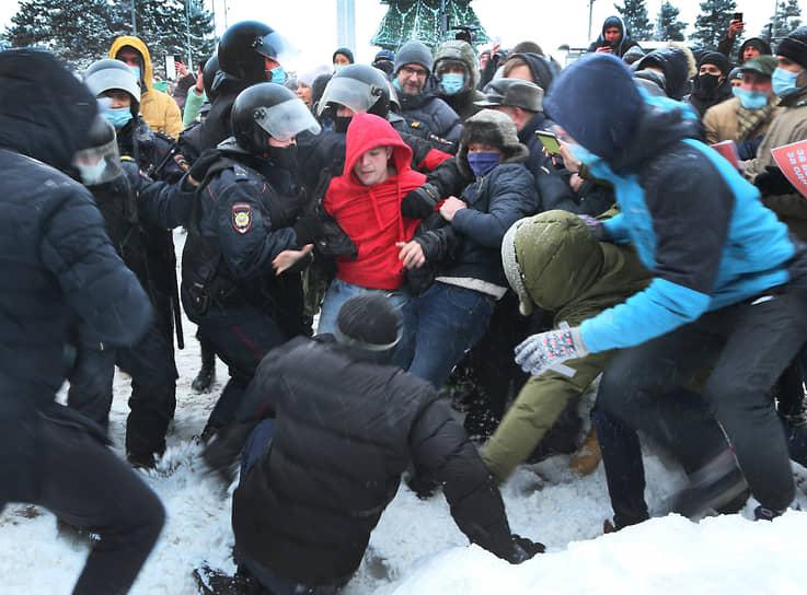 Данный митинг стал самым масштабным в Самаре с 2010 года, когда болельщики футбольного клуба «Крылья Советов» собрались на площади Славы в поддержку любимой команды, которая могла прекратить существования. Тогда собралось еще больше людей, но обошлось без задержаний.