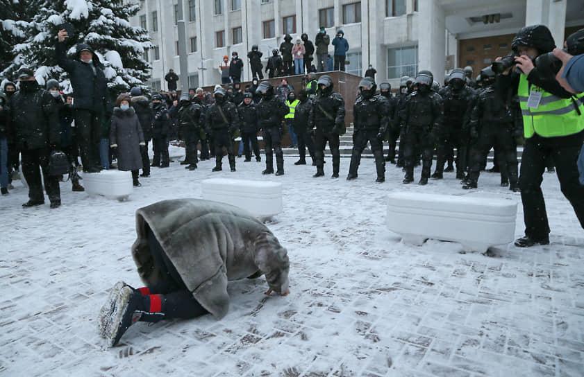 Участница митинга просит стражей порядка не разгонять народ
