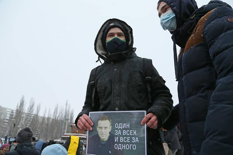 Другой протестующий полагает, что Алексей Навальный сродни легендарного киногероя в исполнении Михаила Боярского.