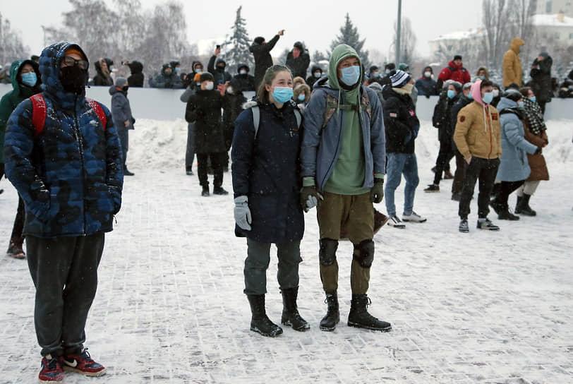 Несанкционированное массовое шествие в поддержку оппозиционера Алексея Навального началось на площади Героев 21-й Армии и завершилось на площади Славы.