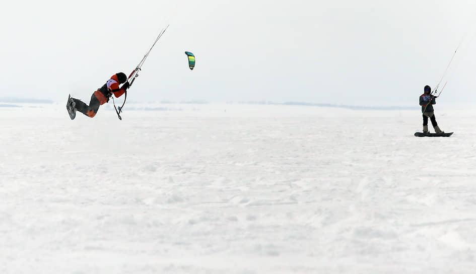 Однако для любителей сноукайтинга сезон продолжается: соревнования еще пройдут в северных регионах страны