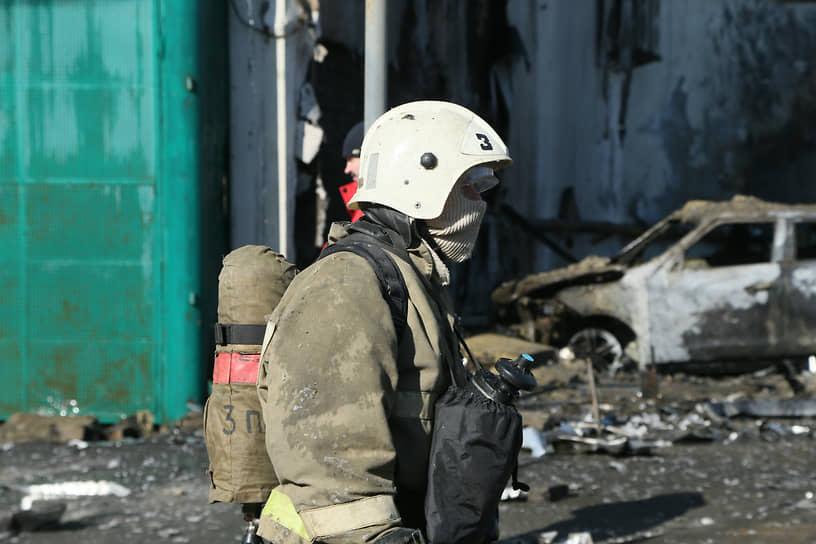 Отдельными очагами горела офисная мебель, пострадали припаркованные автомобили