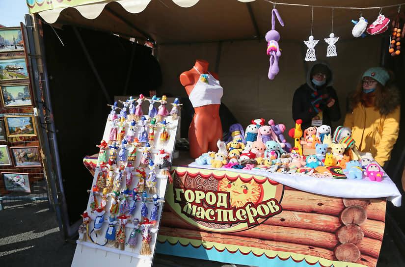 На традиционной ярмарке «Город Мастеров» были представлены народные ремесла: резьба по дереву, изделия из соломки, лозоплетение, глиняная и вязаная игрушка, обереговая кукла, кружевоплетение, гончарное ремесло, игрушки ручной работы, роспись по дереву и ткани, керамика и ткачество.
