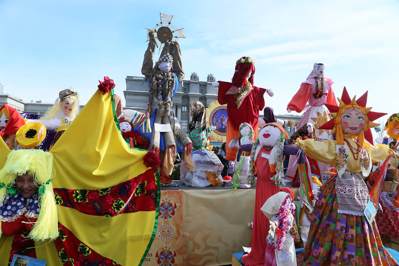 Рядом с главной Масленой установили кукол, которые сделали горожане для конкурса «Самарская Маслена – гостья дорогая!».
