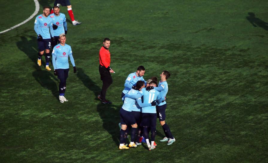 Самарские футболисты празднуют очередной забитый мяч: команда в этом сезоне лидирует в турнирной таблице ФНЛ