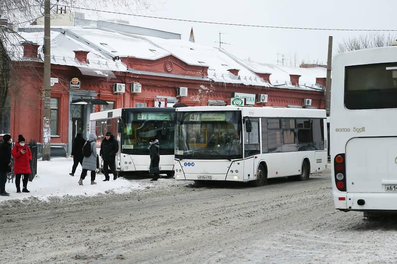 Самарцы не хотят страдать в автобусах. Недостаточная вместимость большинства из них  приводит к давкам в салонах. И это в условиях продолжающейся пандемии коронавируса.