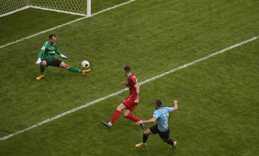 Нападающий «КС» Иван Сергеев забивает свой второй гол.