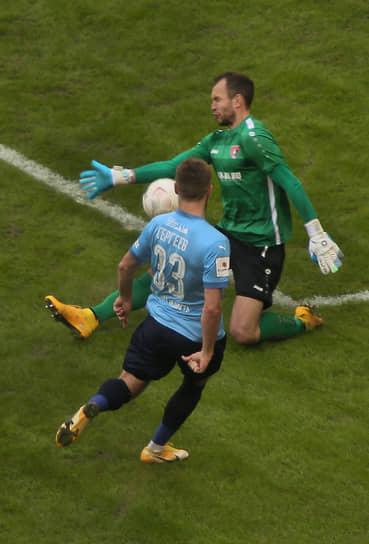 Нападающий «КС» Иван Сергеев забивает свой третий гол в матче.
