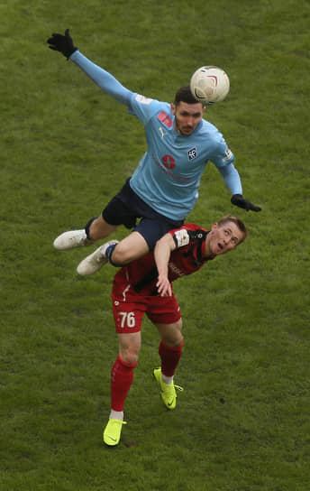 Первый на мяче – защитник «КС» Никита Чернов.