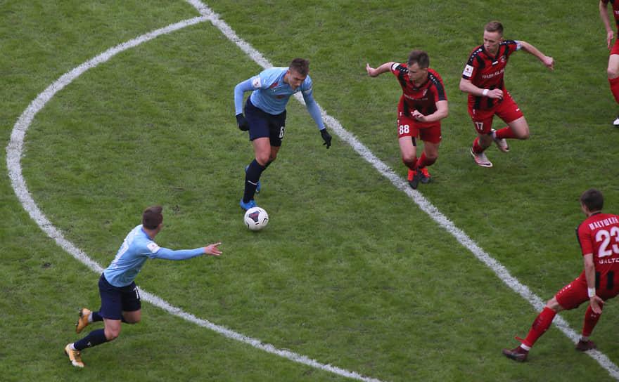 Мяч попадает к нападающему самарского футбольного клуба Егору Голенкову.