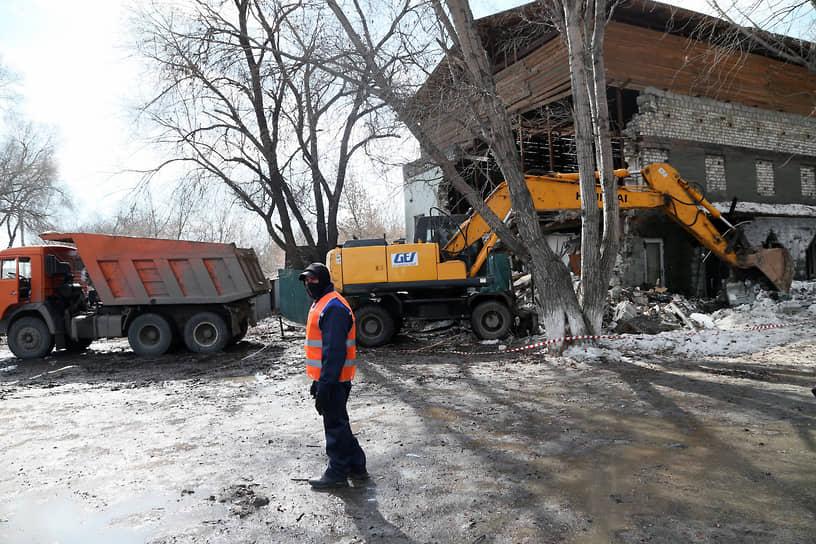 Одним из инициаторов демонтажа кафе выступил депутат Госдумы Александр Хинштейн.