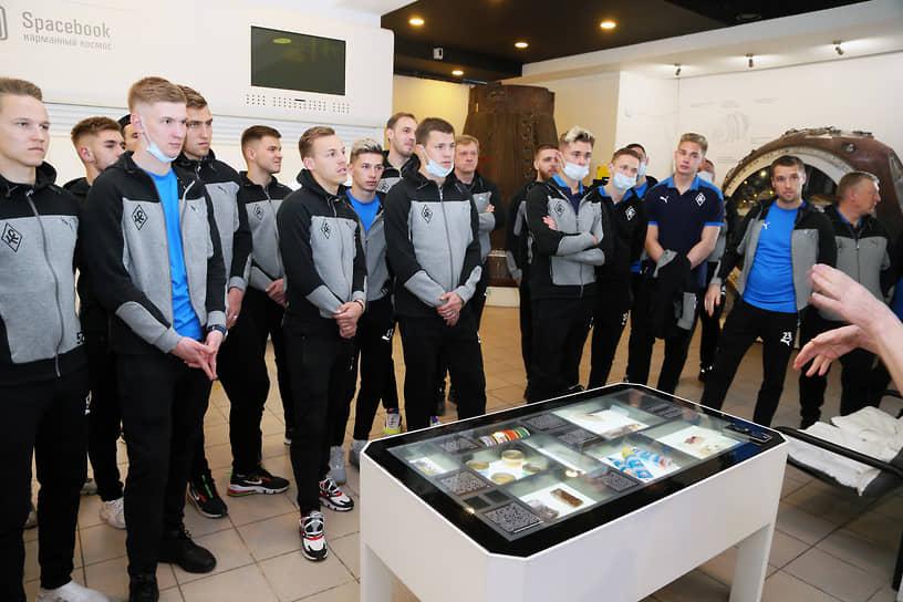 Игроки с интересом выслушали рассказ директора музея Елены Кузиной о самарской истории космоса.