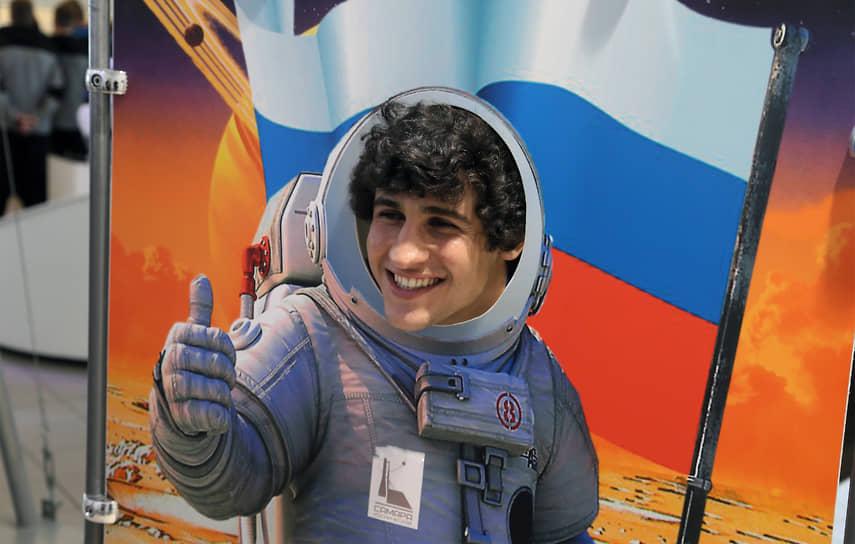Полузащитник Софаа Хади примерил на себя образ астронавта.