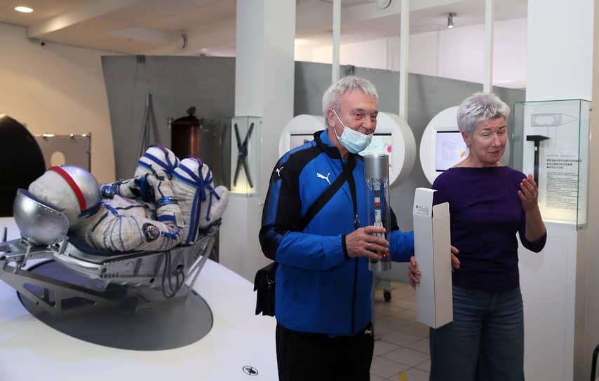 Ветеран «Крыльев Советов» Валерьян Панфилов вместе с директором музея «Самара космическая» Еленой Кузиной знакомится с выставкой.