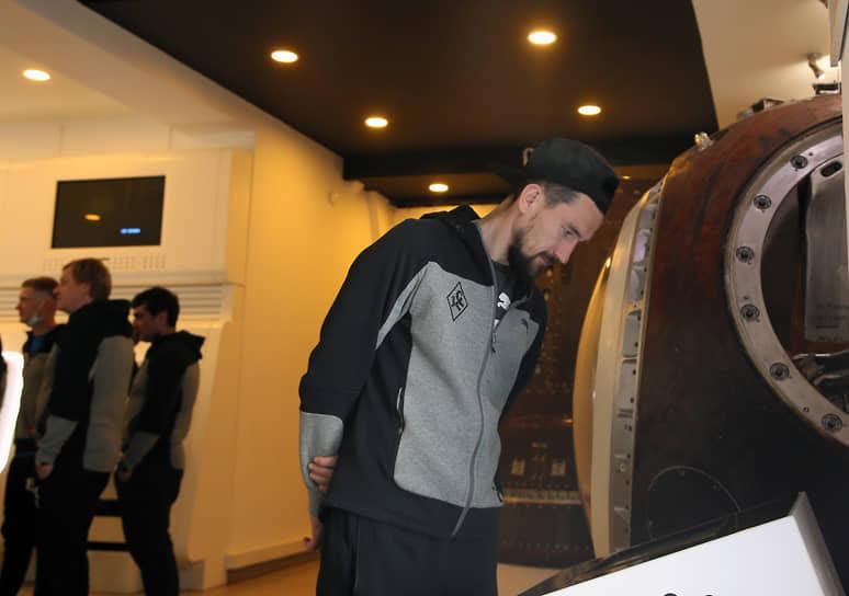 Защитник Владимир Полуяхтов осматривает экспонаты.