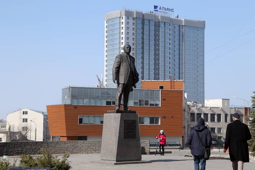 Возле музея установлен памятник Дмитрию Ильичу Козлову – почетному генеральному конструктору «ЦСКБ-Прогресс».