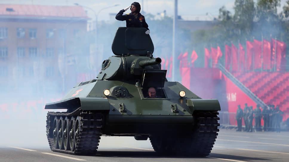 Генеральная репетиция парада, посвященного 76-й годовщины Победы в Великой Отечественной войне, на площади Куйбышева в Самаре. Головной танк «Т-34».