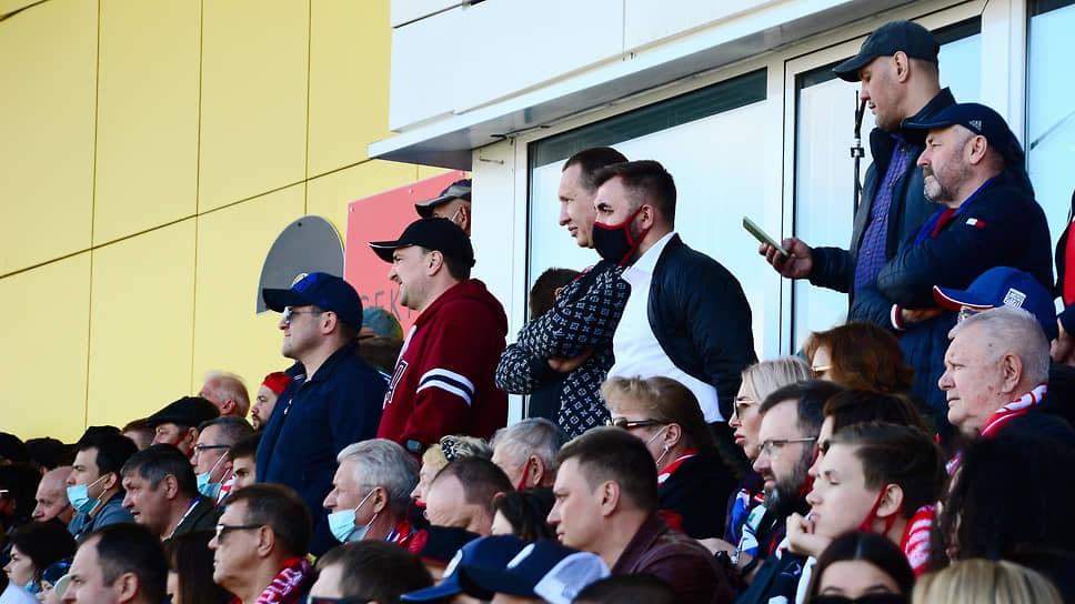 Почетные гости на трибуне, включая учредителя футбольного клуба «Акрон» Павла Морозова и экс-губернатора Самарской области Константина Титова