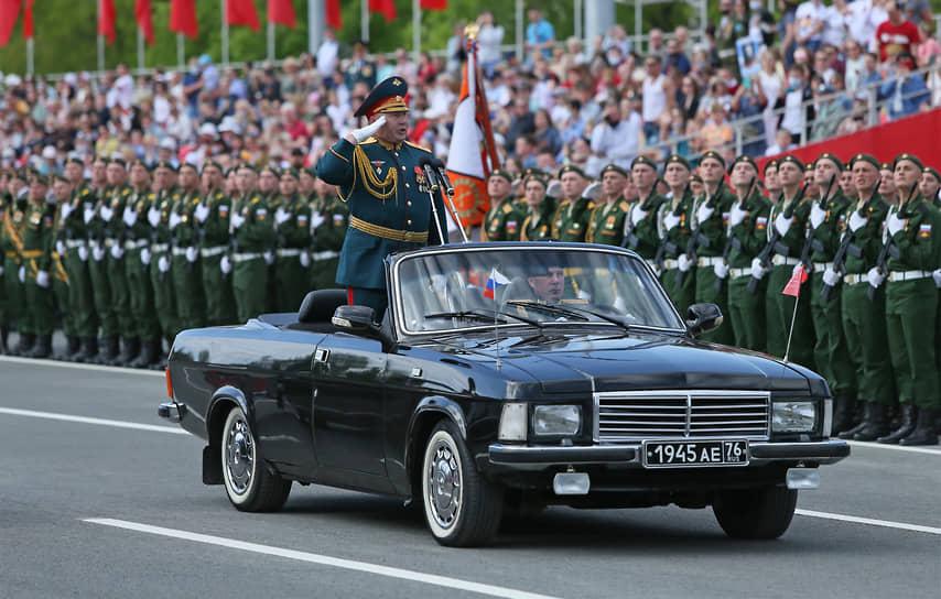 Командующий 2-й гвардейской армии генерал-майор Андрей Колотовкин принимает парад