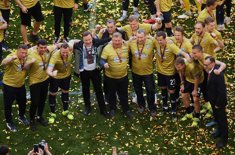 А это уже празднование «Крыльями Советов» чемпионства в Футбольной национальной лиге во время домашнего матча с «Краснодаром-2»