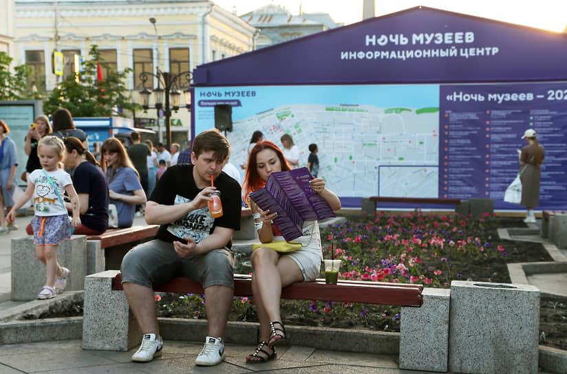Между походами по музеям горожане отдыхали на ул. Ленинградской.