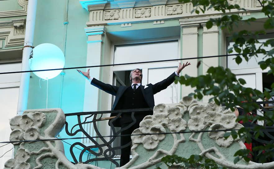 На балконе гостиницы «Бристоль- Жигули» по традиции выступил оперный певец.