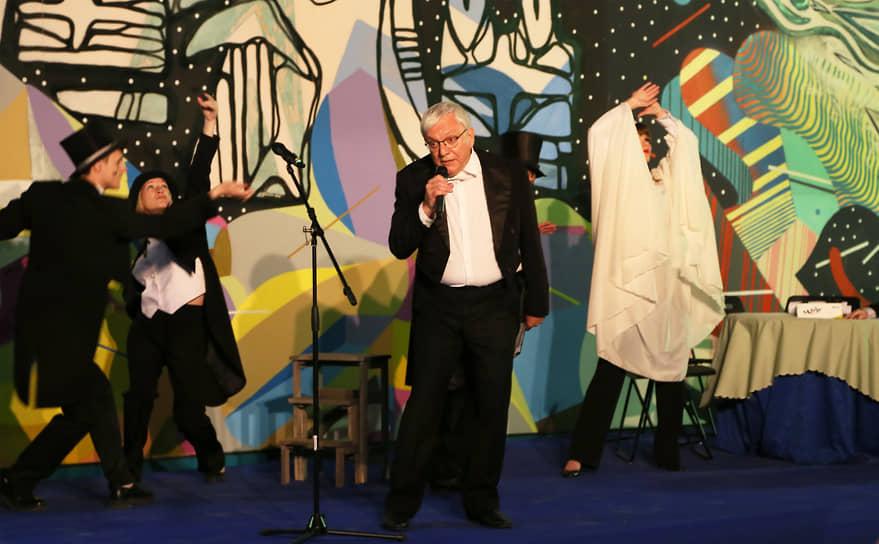 На площадке Самарского художественного музея показал представление театр «Самарская площадь».