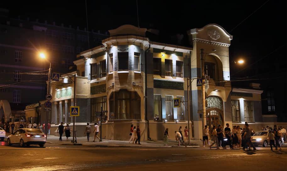 Одним из центров притяжения публики в этот вечер стал Музей Модерна.
