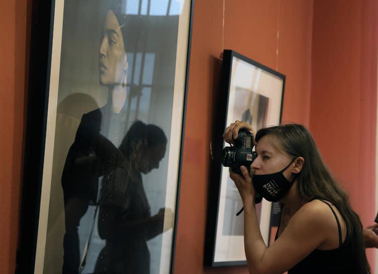 В рамках «Фотобиеннале-2020» Мультимедиа Арт Музей, Москва (МАММ) представил очередную выставку легендарного календаря Pirelli. Первым музеем в России, принимающим на своей площадке выставку Календаря Pirelli 2020 «В поисках Джульетты» после МАММ станет Самарский художественный музей.