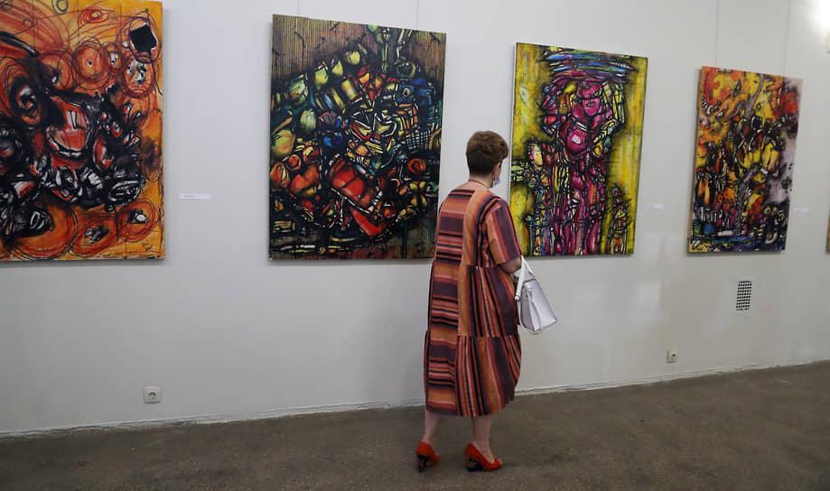 Известная в художественной среде под псевдонимом JENI BEV, Евгения работает в самых разных техниках и жанрах: скульптура, инсталляция, микс-медиа, но чаще предпочитает выражать себя в графике, используя перья, тушь и акварель.