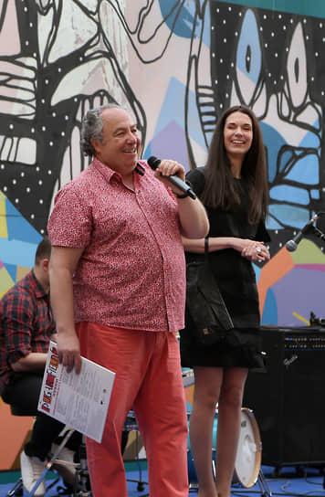 Выставку посетил бизнесмен Леонид Боярский (слева).