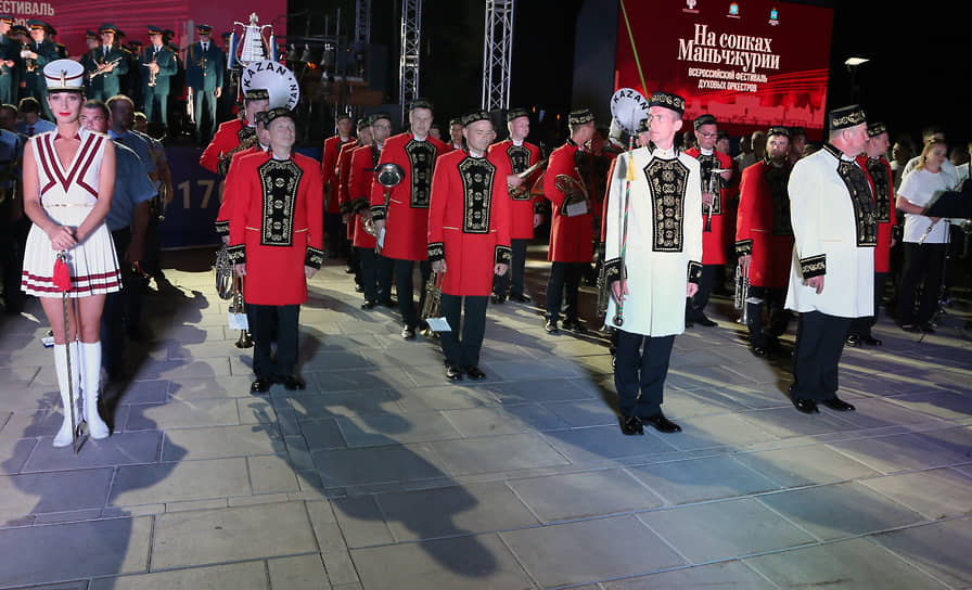 На переднем плане – музыканты духового оркестра из Казани.