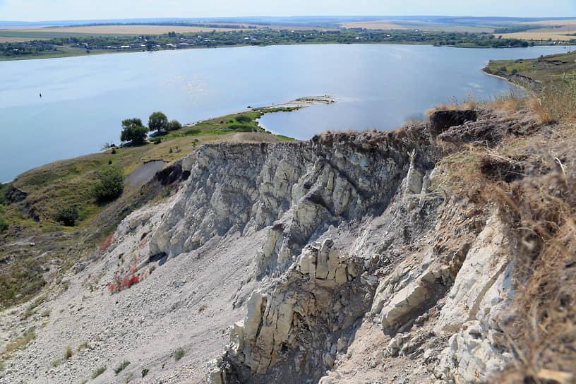 Оползневые террасы образуют ступени с общим относительным перепадом высот около 100 м