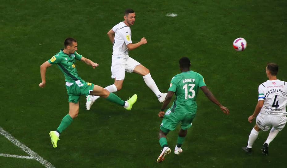 Даниил Уткин (крайний слева) забивает первый гол в ворота волжан