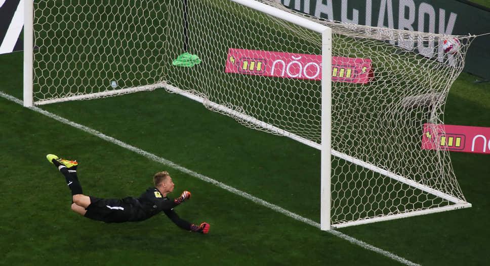Мяч залетает в ворота Ивана Ломаева