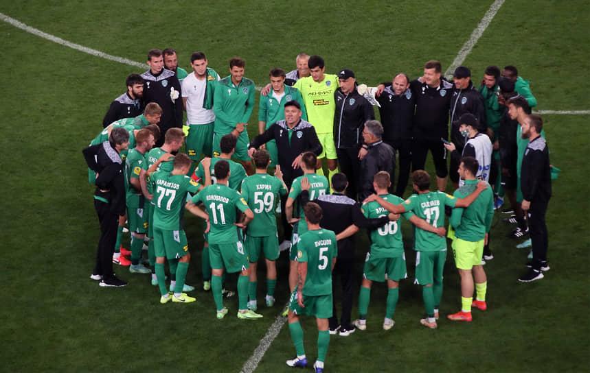 Футболисты и руководство «Ахмата» во главе с наставником команды Андреем Талалаевым празднуют победу