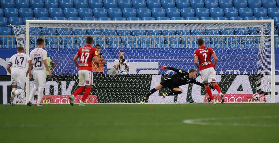 Александр Соболев забивает пенальти в ворота самарской команды. Это единственный забитый мяч в игре.