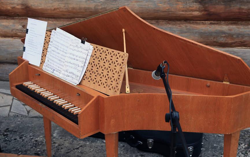 Клавесин выглядел впечатляюще.