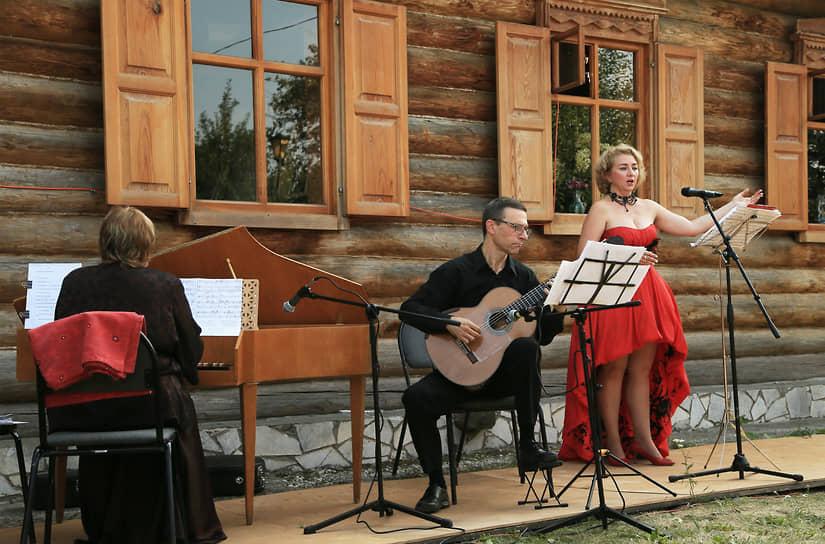 Самарский областной художественный музей 17 июля, в День дарения подарков, пригласил гостей на романтический концерт в историко-музейный комплекс в селе Ширяево.