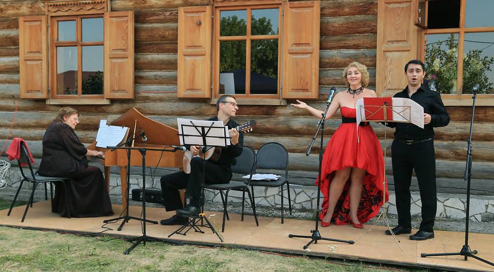 На гитаре в составе ансамбля играл Максим Пешков.