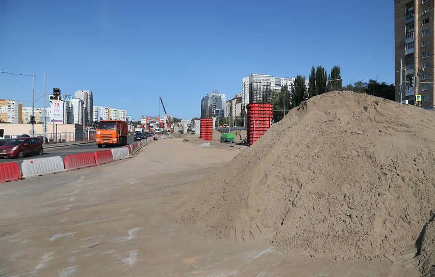 Завершить работы по реконструкции улицы Ново–Садовой и строительству двухуровневой развязки контрактом предусмотрено в декабре 2023 года.