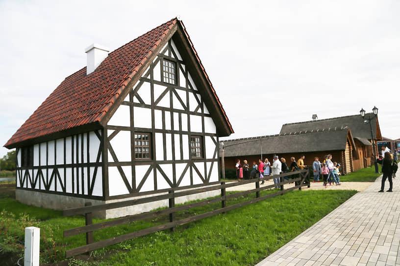 Колоритный дом немецкого подворья притягивает к себе посетителей.